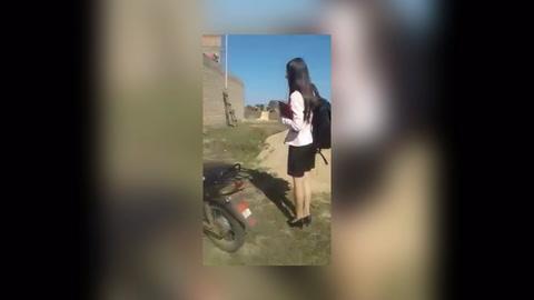 Joven paraguaya le entrega a su padre el título para agradecerle el esfuerzo que hizo por ella