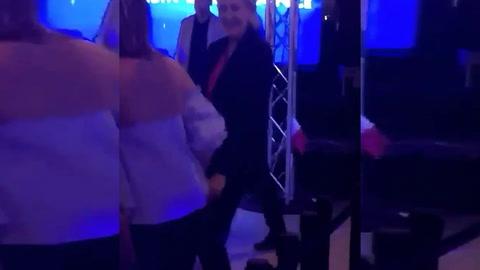 Marine Le Pen baila tras perder las elecciones en Francia