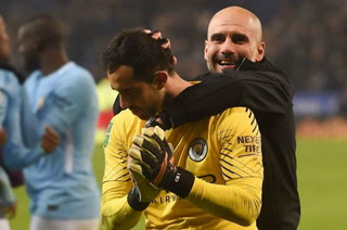 Video: Claudio Bravo se luce al atajarle penal a Pep Guardiola
