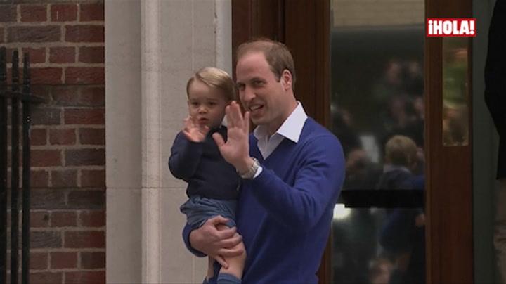 El saludo del príncipe George a la prensa