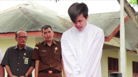 Dos indonesios condenados a bastonazos por homosexualidad