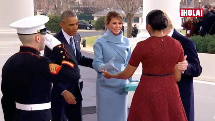 En vídeo: El desconcierto de Michelle Obama al recibir un misterioso regalo de Melania Trump
