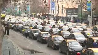 Taxistas chilenos realizan protesta masiva contra Uber