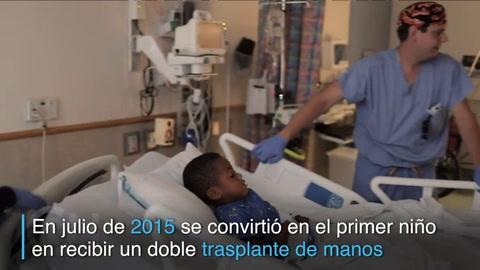 Zion, el primer niño en recibir un doble trasplante de manos
