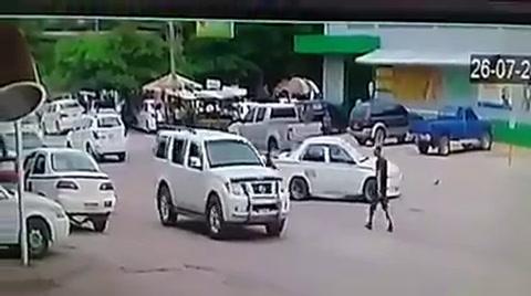Momento en que militar fallecido se pasea con su rifle por Tocoa