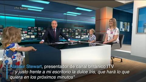 Una niña se roba la atención en informativo de TV
