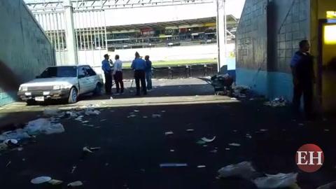 Así quedó el pasillo del portón 11 del Nacional luego de estampida