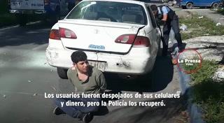 Hombre asalta a pasajeros de taxi, pero ellos logran detenerlo