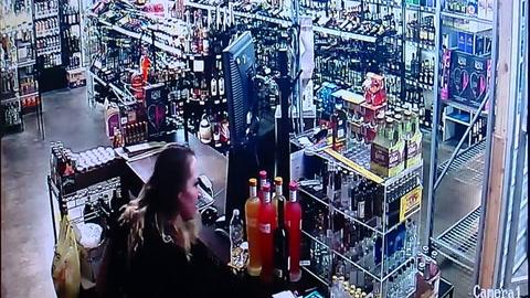 Intenta robar una tienda de alcohol pero es baleado por la propietaria