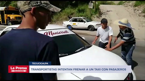 Transportistas intentan frenar a un taxi con pasajeros