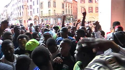 Profughi senza documenti, protesta in piazza