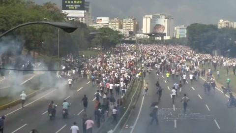 Policía y manifestantes chocan en