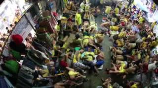Viven hacinados en cárcel filipina tras aumento en arrestos