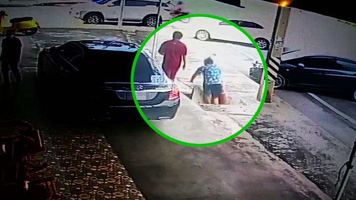 เตือนภัย สองพ่อลูกเดินเหยียบฝาท่อระบายน้ำ พลัดตกจมมิดหัว