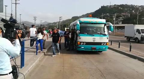 Transportistas bajan pasajeros de la unidades en Tegucigalpa