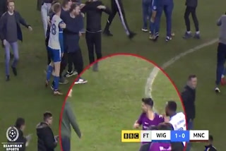 Sergio Agüero golpea a un aficionado del Wigan
