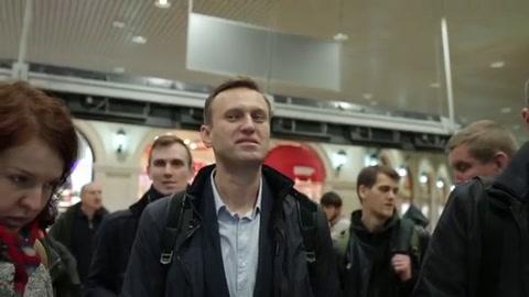 Opositor ruso Navalny sale de prisión y retoma campaña electoral