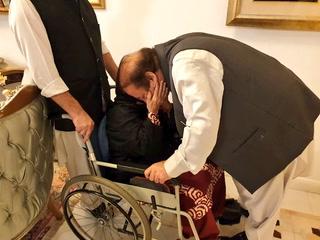 نواز شریف جب گھر پہنچے تو والدہ نے انہیں ڈھیروں دعائیں دیں