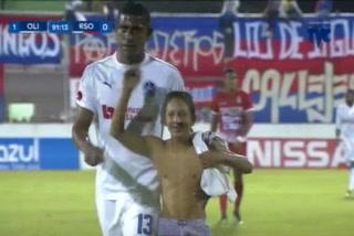 Aficionado interrumpe partido del Olimpia vs Real Sociedad al ingresar a la cancha a pedirle la camisa a Carlo Costly