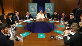El Papa platica y bromea con youtubers famosos