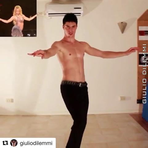 Italiano conquista a Shakira con sus sensuales movimientos de cadera