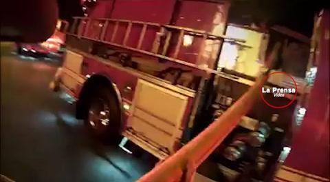 Bombero atrapa a niña lanzada de un edificio en llamas
