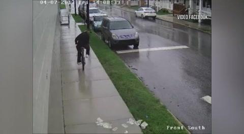 Roba un banco y se le cae el dinero cuando huía en bicicleta