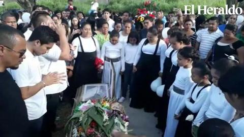 Con aplausos y globos entierran restos de menor asesinada