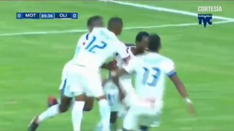 Dabirson Castillo de cabeza anota el 1-0 para Olimpia ante Motagua en el Nacional