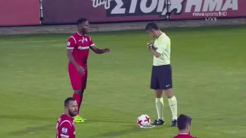 Se limpia la bota en la media del árbitro, le sacan amarilla y marca gol