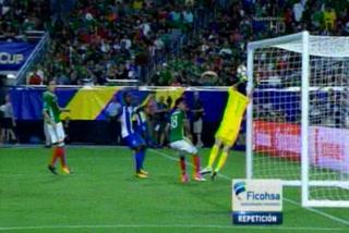 Alex López a punto de hacer un golazo olímpico en la Copa Oro