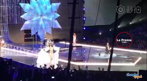 Terrible caída sufrió un ángel de Victoria's Secret en pleno show