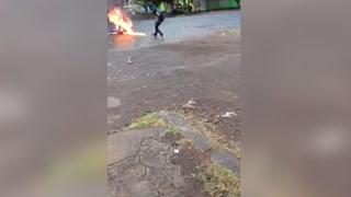 Momento en que nicaragüense es quemado frente a protestantes