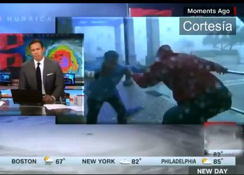 Reportera es arrastrada por fuertes vientos del Huracán María