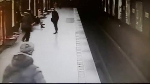 Hombre salva la vida de niño que cayó en las vías del tren