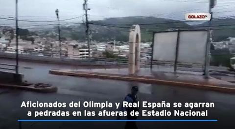 Aficionados del Olimpia y Real España se agarran a pedradas en las afueras de Estadio Nacional