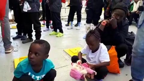 Tras agotador periplo, migrantes del Aquarius llegan a España