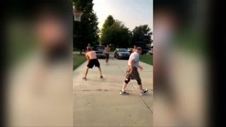Un veterano jugador de baloncesto realiza un truco maestro