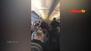 Aficionados del Liverpool volviéndose locos en el avión rumbo a Kiev