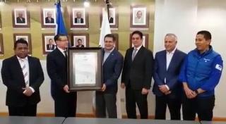 Juan Orlando Hernández recibe credencial que lo acredita como presidente electo de Honduras