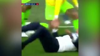 La accidentada caida de Tite en celebración de gol ante los ticos