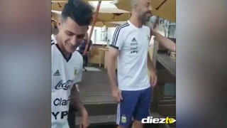 Mascherano bromea con Pavón sobre los rumores de su polémica pelea