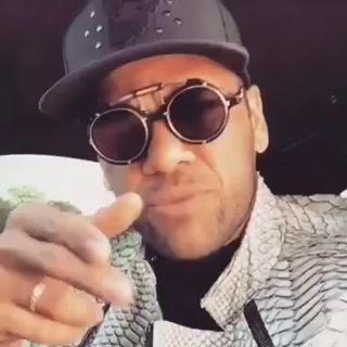 Dani Alves causa furor cantando reggaeton en su auto