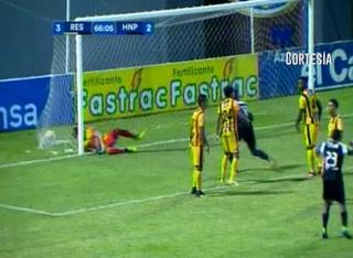 Goooooooooool del Honduras Progreso, Acevedo hace el 3-2 ante La Máquina. Vaya manera de definir en un tiro de esquina.