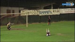 Gol olmaz sandı sevindi, rakip futbolcu yere yıkıldı