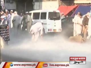 کراچی میں پورٹ قاسم  کے احتجاجی  ملازمین پر پولیس کا لاٹھی چارج