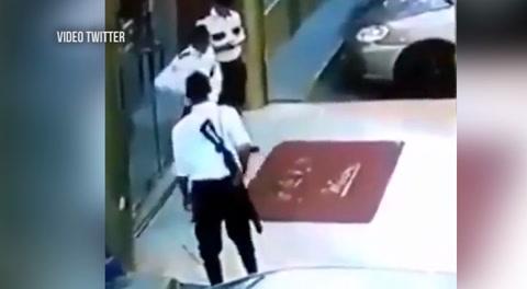 Por jugar con su arma un guardia de seguridad le dispara a su compañero
