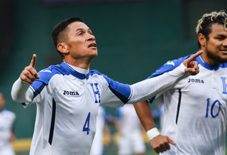 Jairo Puerto marca el 1-0 de Honduras frente al El Salvador