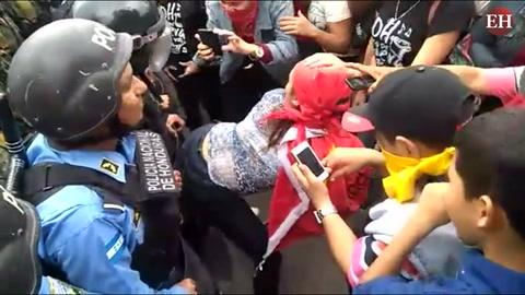 Al ritmo de reggaetón les bailan protestantes a la Policía Nacional