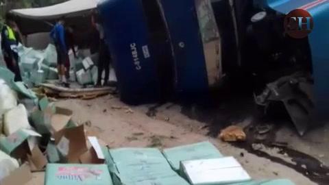 Camión con procedencia de Guatemala se da vuelta en El Tizatillo